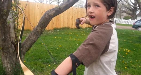 美国小男孩用弓箭为自己拔牙笑坏网友