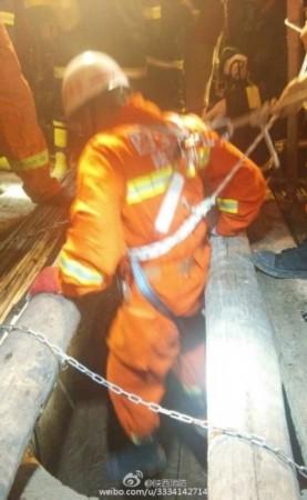 陕西2岁男坠入40米深井挖钻机挖竖井救援[组图