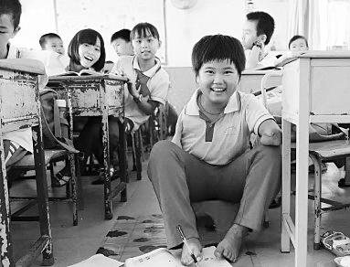 点赞!海口10岁女孩因车祸失双臂伤愈后上学用脚写字