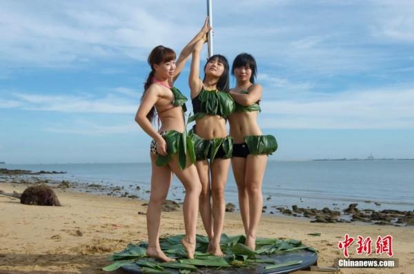 粽叶比基尼美女海边秀钢管舞