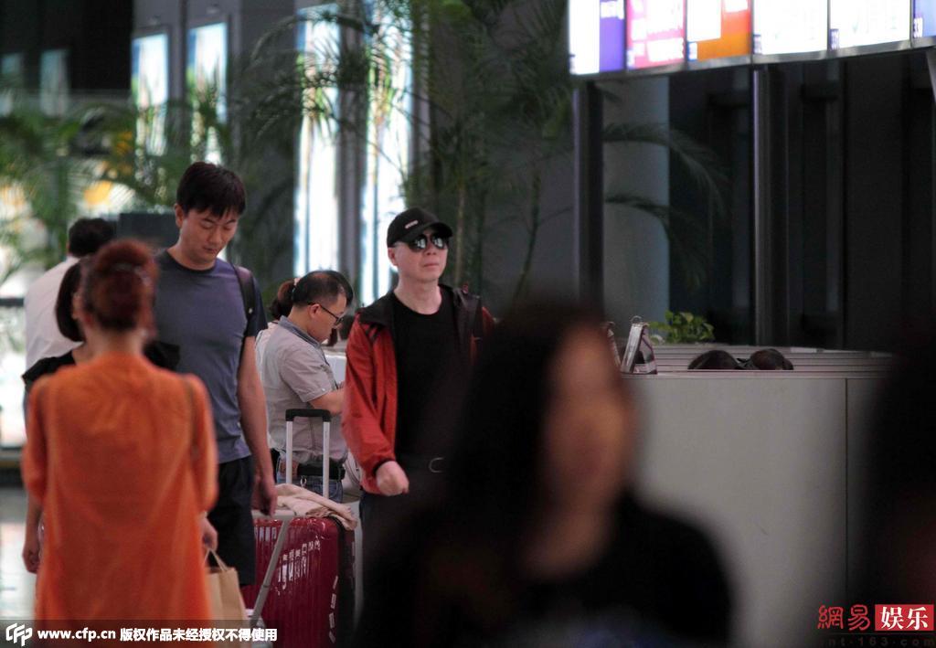 冯小刚现身机场皮肤病好转_海口新闻网_海口