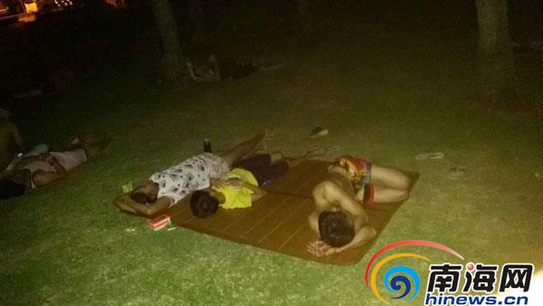 大热天停电,有人在美舍河边打地铺过夜.记者胡诚勇摄-海口群上村3