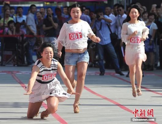 图片说明:一名女子脚穿高跟鞋赛跑不幸摔倒 530