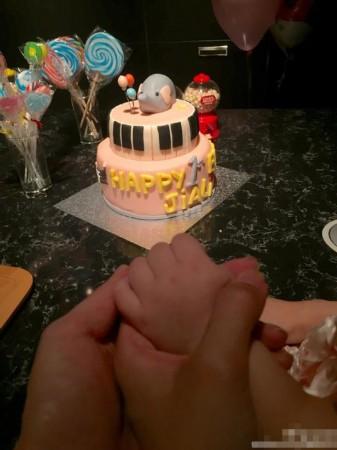 王力宏女儿1岁生日 一家人牵手照温馨
