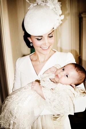 英国王室新全家福曝光 小公主呆萌可爱