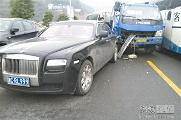 丰田车追尾400万元劳斯莱斯 保险刚过期