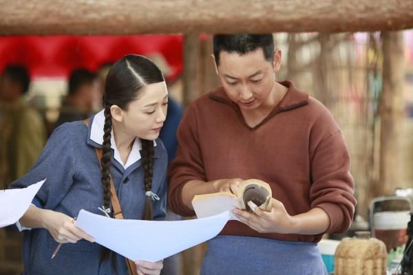 偶像剧里的靓丽制服,古装剧里的飘逸长裙,电影《北京时间》里,陈乔恩