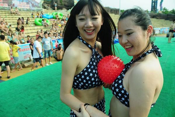 土豆美女人体艺术_杭州美女泳池玩人体保龄球