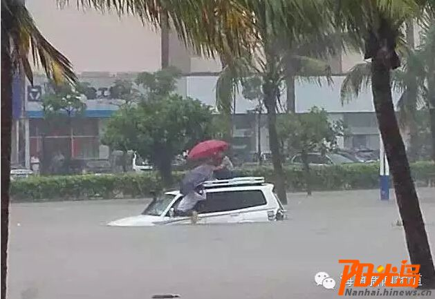 <b>海口降雨导致部分路段积水200名人员上街排水</b>