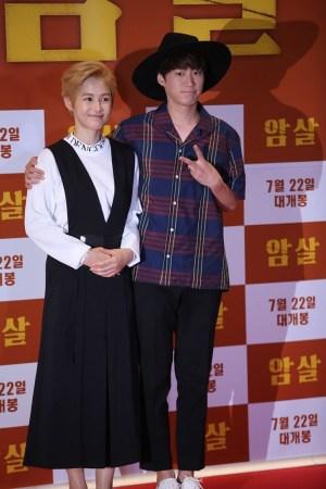 韩国艺人姜惠贞夫妇-金秀贤助阵 暗杀 首映 全智贤称拍片随身带枪