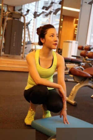 章艳成家了_央视女主播章艳晒健身照 低胸紧身显身材