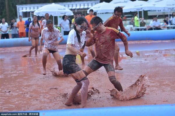 泥浆足球中国赛:美女球员摸爬滚打湿身混战