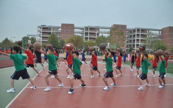 大妈操_另类篮球:大妈湿身玩水球 篮球操风靡校园