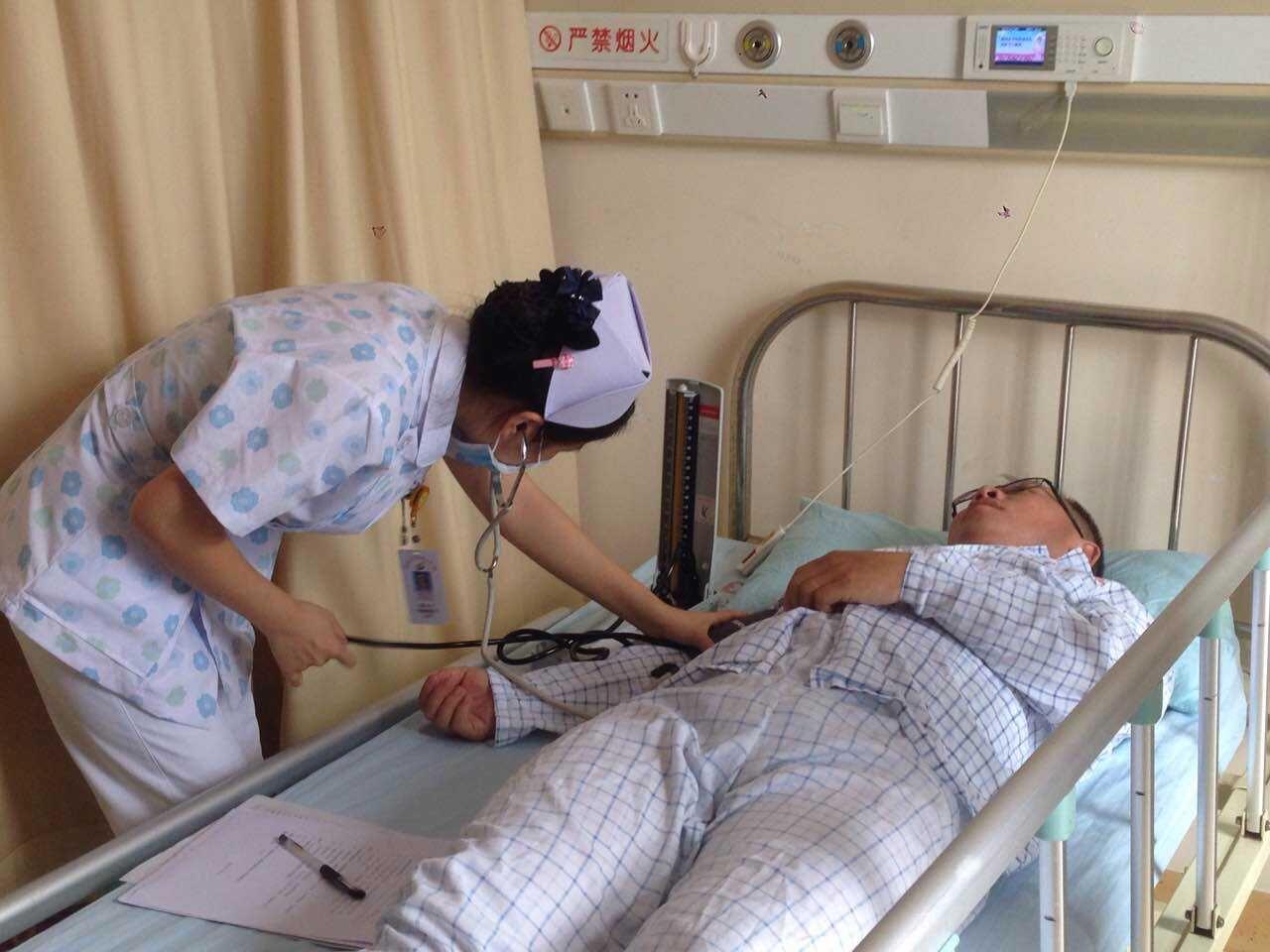 <b>海南日报受伤记者抵海口被送入海医附院接受治疗</b>
