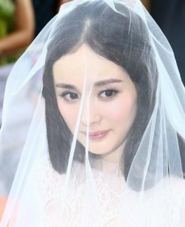 """杨幂,复古桃花妆,公主披发,再加上自带的""""费电""""大眼,美丽动人,粉红"""