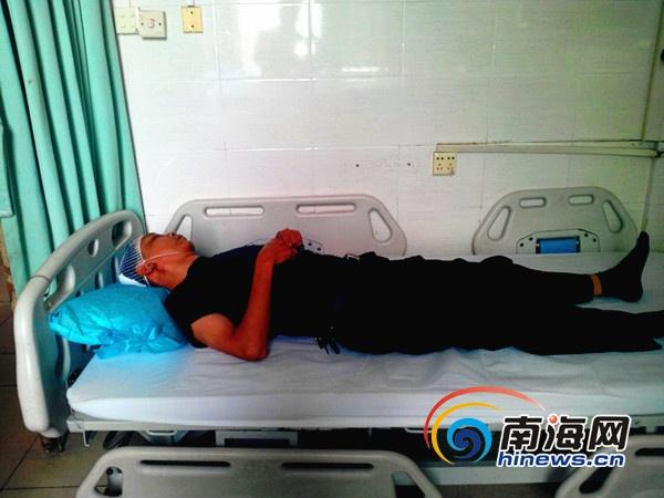 <b>海口:民警头部被砍两刀在医院抢救治疗已做完缝合手术</b>