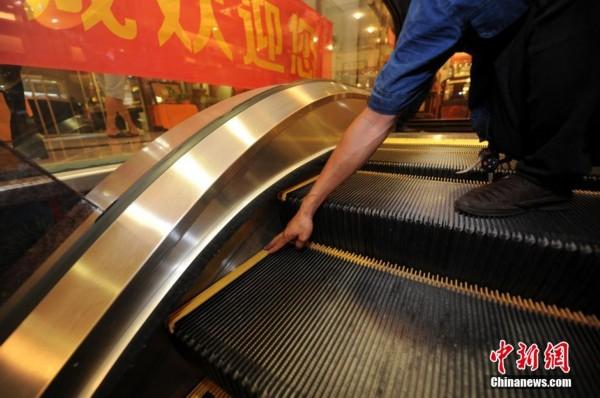 技术人员现场为市民答疑解惑,讲解电梯安全使用方法.