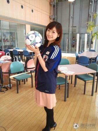 日本知名的美女体育主播牧野结美近日在富士电视台的