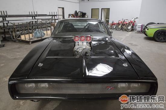 1970年道奇charger的车身全黑涂装透露别样的霸气.同时,剧组高清图片