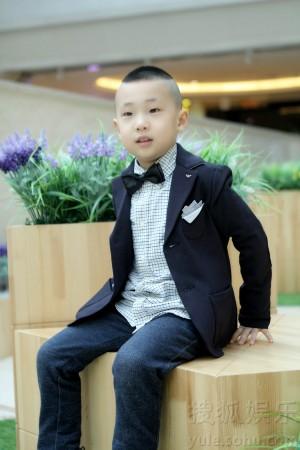 小暖男偶尔吐舌露天真笑容,偶尔嘟嘴呆萌可爱,身穿小正装打领结的大竣