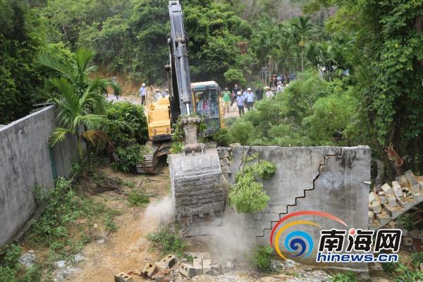 <b>万宁多部门联合打违推进滨海旅游公路建设</b>