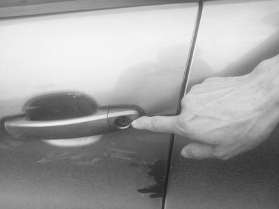 海口龙岐村一夜之间7辆车被撬抽纸也被偷警方介入