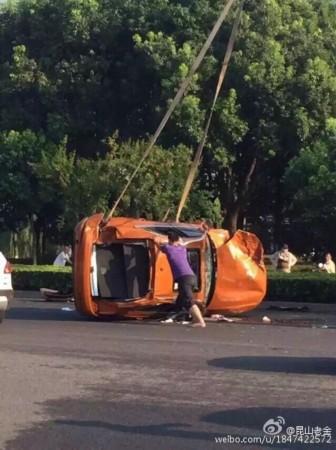组图:苏州奥迪追尾教练车 司机被抛出天窗轧死