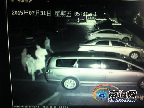 <b>3个盗贼抬走保险柜海口颐龙名居小区女保安没拦住</b>