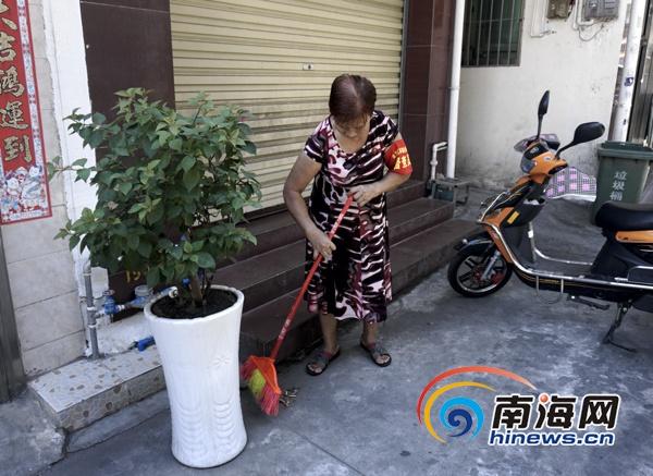 """海口32名老人家自愿为""""双创""""出力上街打扫卫生规劝占道经营者"""
