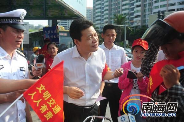 海口市委书记孙新阳等领导走上街头劝导交通