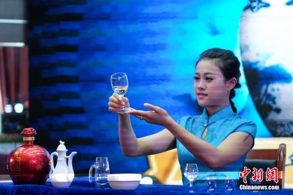 贵州美女品酒师酒道表演