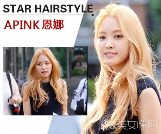 apink吴夏荣将自己的短发不仅做染发还进行了发尾烫发,可以明显