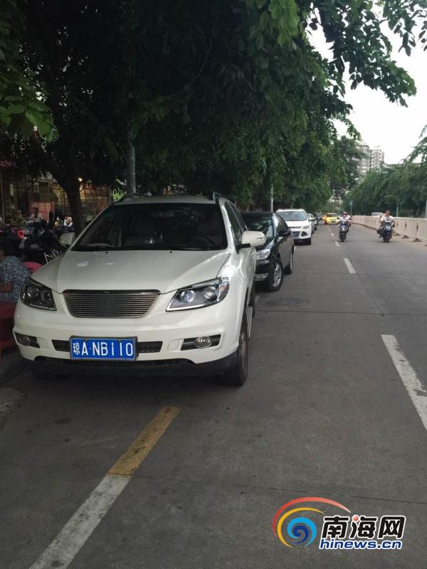 海口振兴南路多家饭店占道经营车辆停在机动车道
