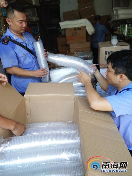 海口工商检查培龙市场查获8万个不合格塑料餐具