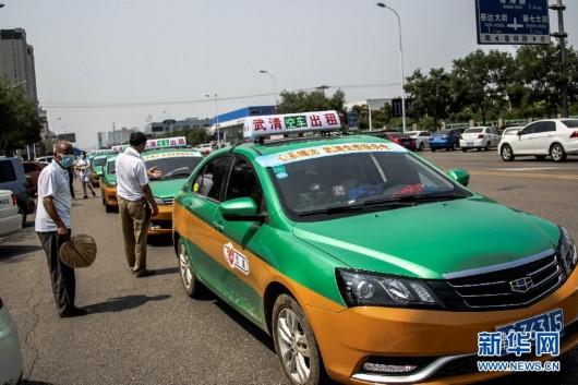 8月16日,出租车在天津市滨海新区开发区第二小学安置点外排队,无