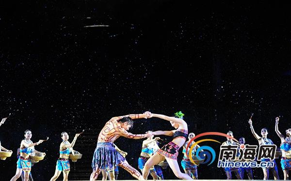 """保亭七仙温泉嬉水节大型文艺晚会开幕""""祭水""""环节天降大雨"""
