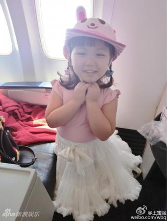 王宝强晒爱女粉嫩可爱 宝贝穿公主裙甜笑