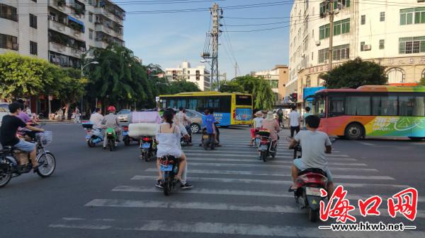 海口高登街路烂车多路口乱成一团市民:先把这破路修一修吧