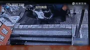 公交站台塌陷 四人瞬间掉巨坑
