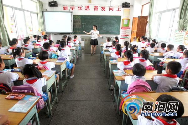 """海口开学第一天:宣传""""双创""""有序地排队放学[图]"""
