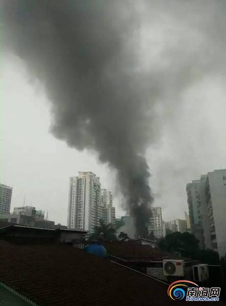 海口龙园别墅一仓库着火着火面积15平米无人员伤亡
