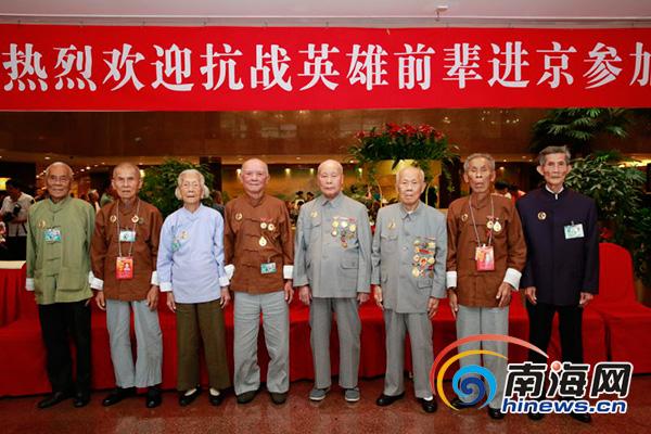 <b>海南8名参加抗战阅兵老同志合影将在天安门接受检阅</b>