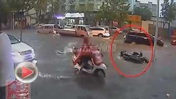 老人骑车跌倒无人扶 被地面积水淹死