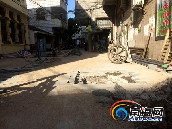 海口中山街道4社区进行小街改造施工不影响排水系统