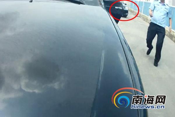 """<b>海口""""黑车""""司机逃避检查执法人员被拖行10余米</b>"""