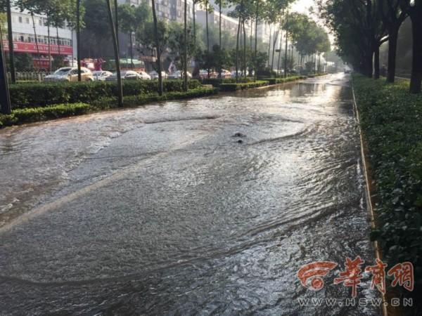 西安雁塔西路水管爆裂 数条街被淹 10图片