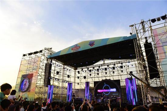 音乐节的舞台图片