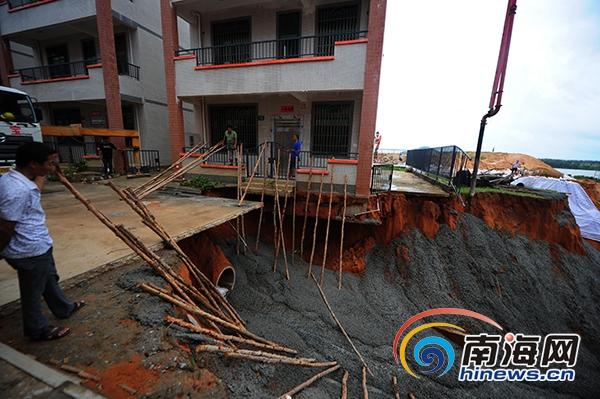 <b>陵水暴雨致民房倾斜已浇混凝土铺彩条布阻止险情扩大</b>
