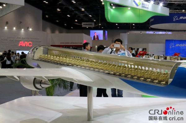 国产大飞机c919亮相北京航空展 共28排168个座位(高清