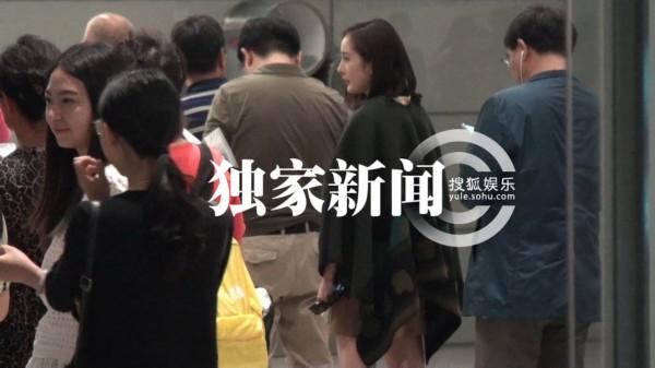 穿的暖,下面依然很性感!19日晚,杨幂从上海虹桥机场离开,但上